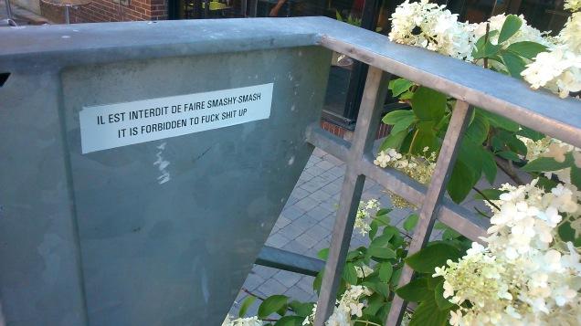 Il est interdit de faire smashy smash. It is forbidden to fuck shit up.