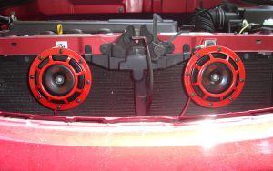 800px-Hella_Supertones_85115_horns_installed