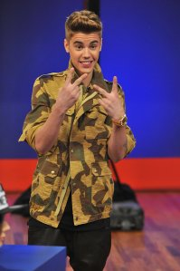 Justin-Bieber-threw-up-peace-sign-during-his-appearance-Late
